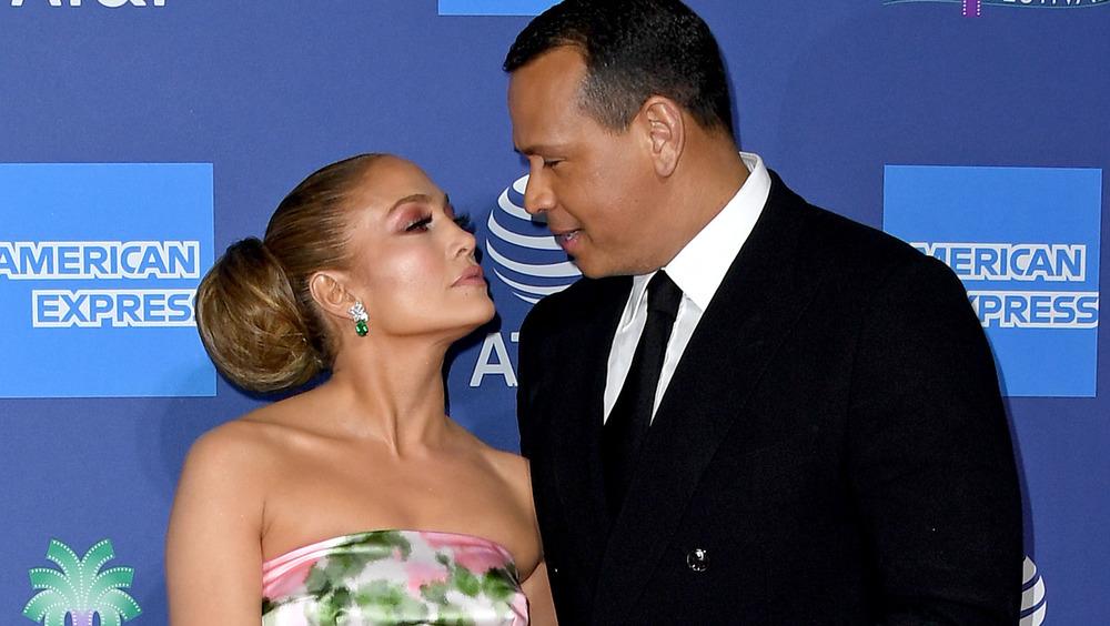 Jennifer Lopez et Alex Rodriguez se regardent
