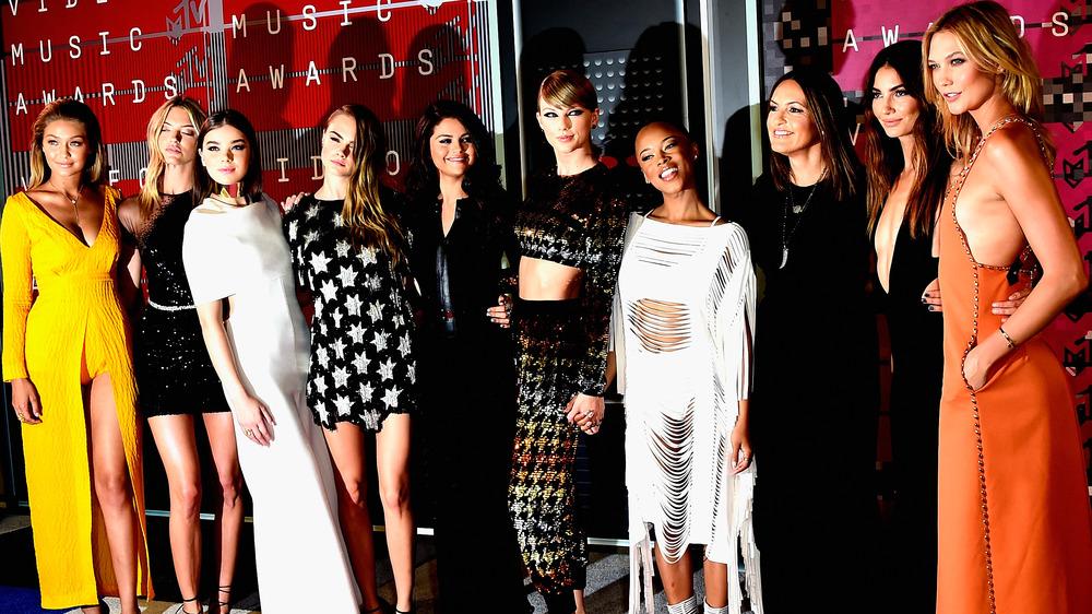 Taylor Swift pose avec son équipe aux MTV Music Awards 2015