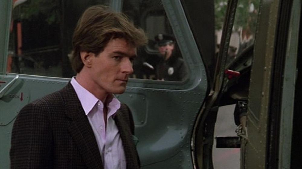 Bryan Cranston dans Airwolf, à l'extérieur d'un hélicoptère