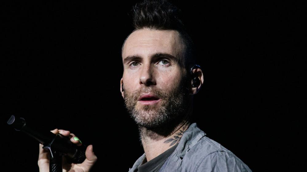 Adam Levine chantant
