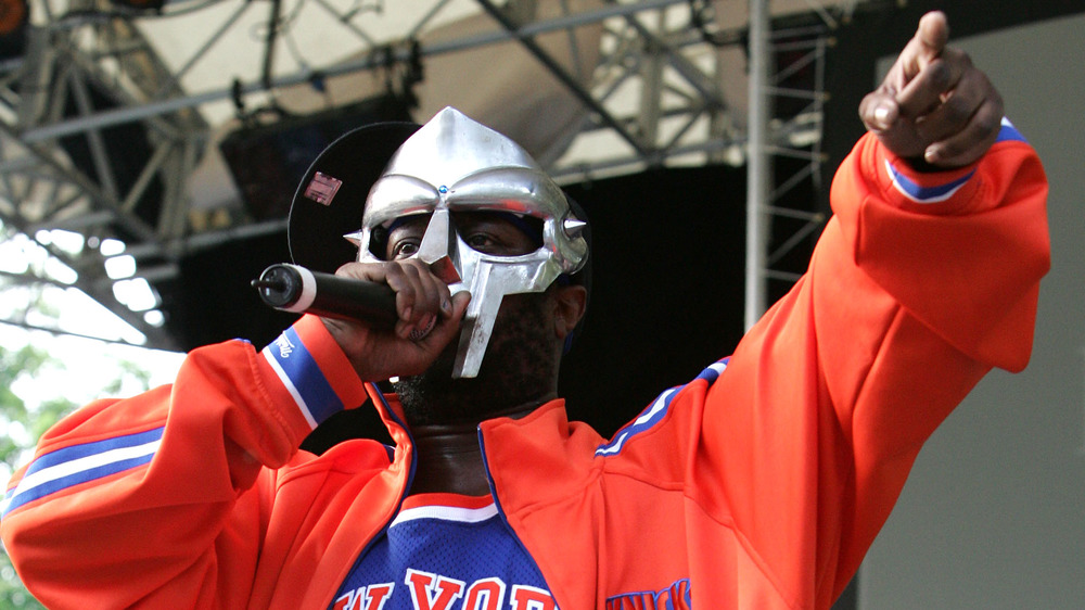 MF DOOM joue dans un sweat-shirt orange