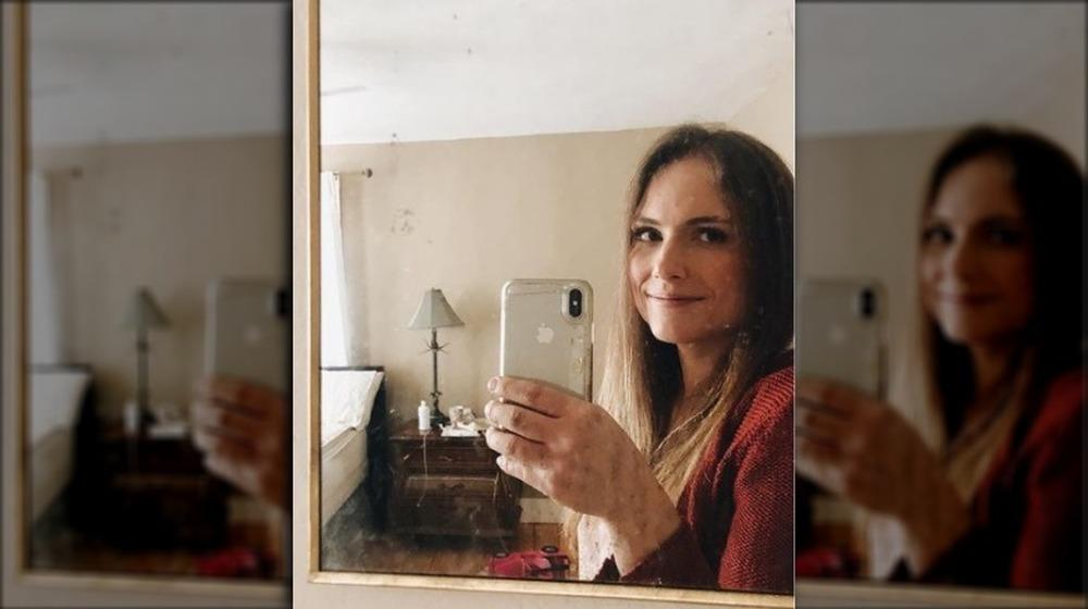 Emily Mitchell prenant un selfie