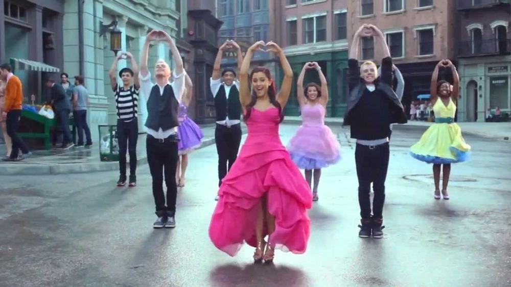 """Ariana Grande joue sur le tournage de """"Put Your Hearts Up"""""""