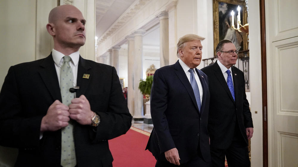 Donald Trump avec des agents des services secrets