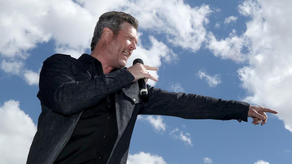 Blake Shelton pointant avec microphone