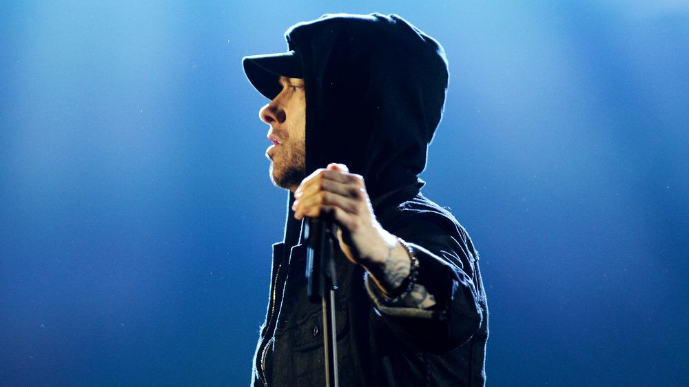 Eminem tient un pied de microphone