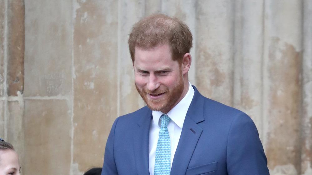 Prince Harry regardant vers le bas