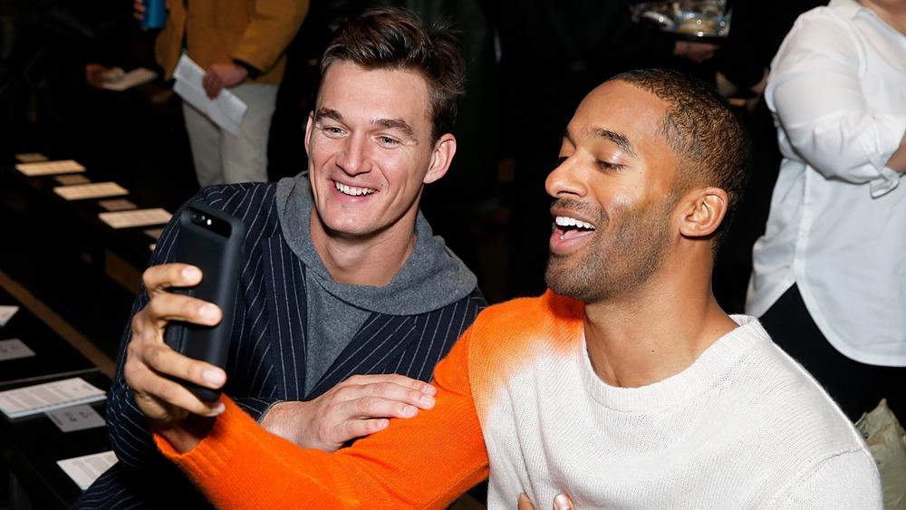 Tyler Cameron et Matt James prenant un selfie et souriant