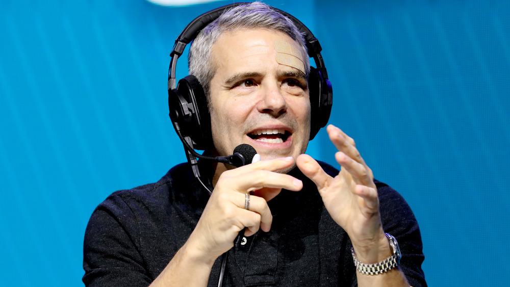 Andy Cohen parlant avec les mains