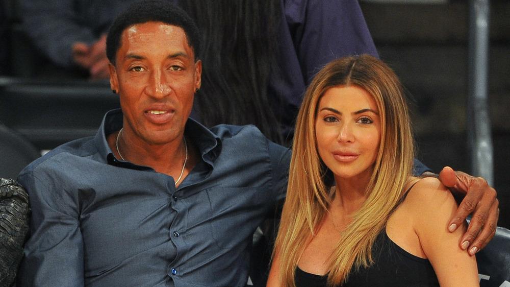Larsa et Scottie Pippen assis côté court à un match de basket