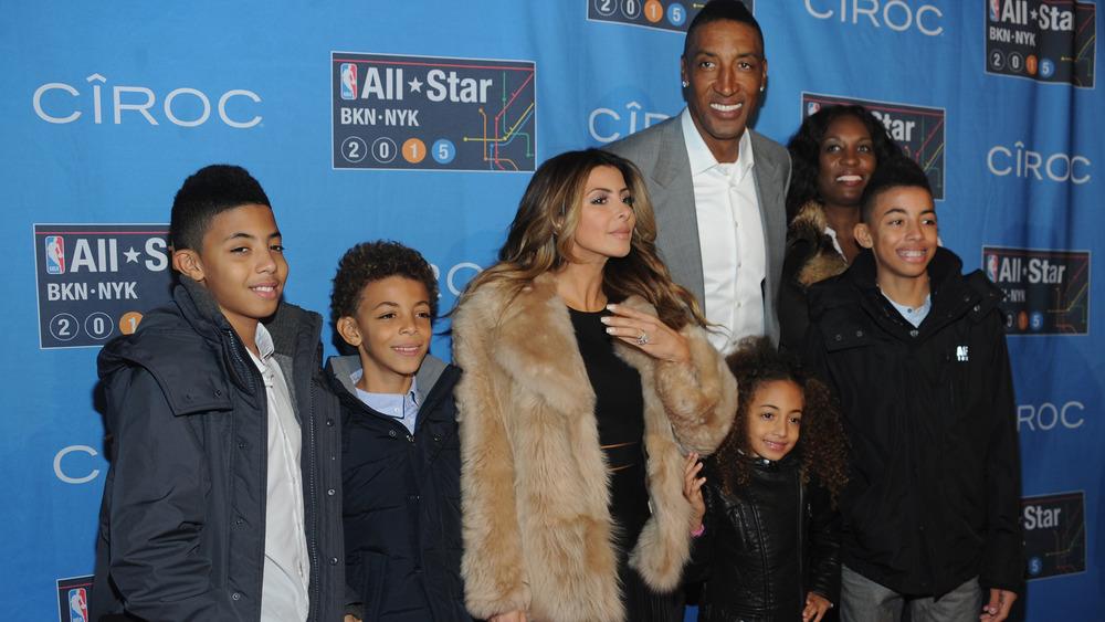 La famille Pippen souriante sur le tapis rouge