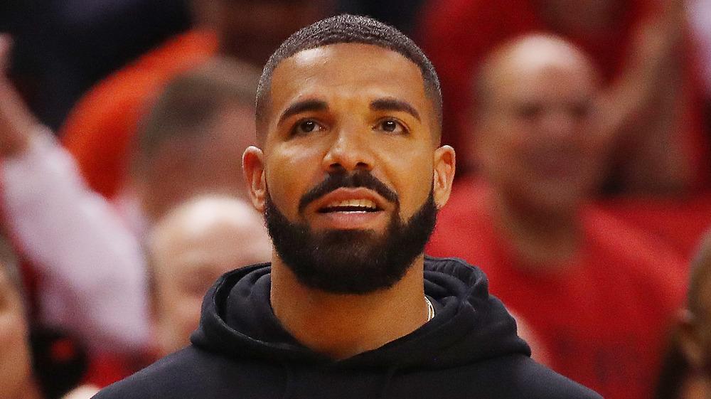 Drake a l'air inquiet