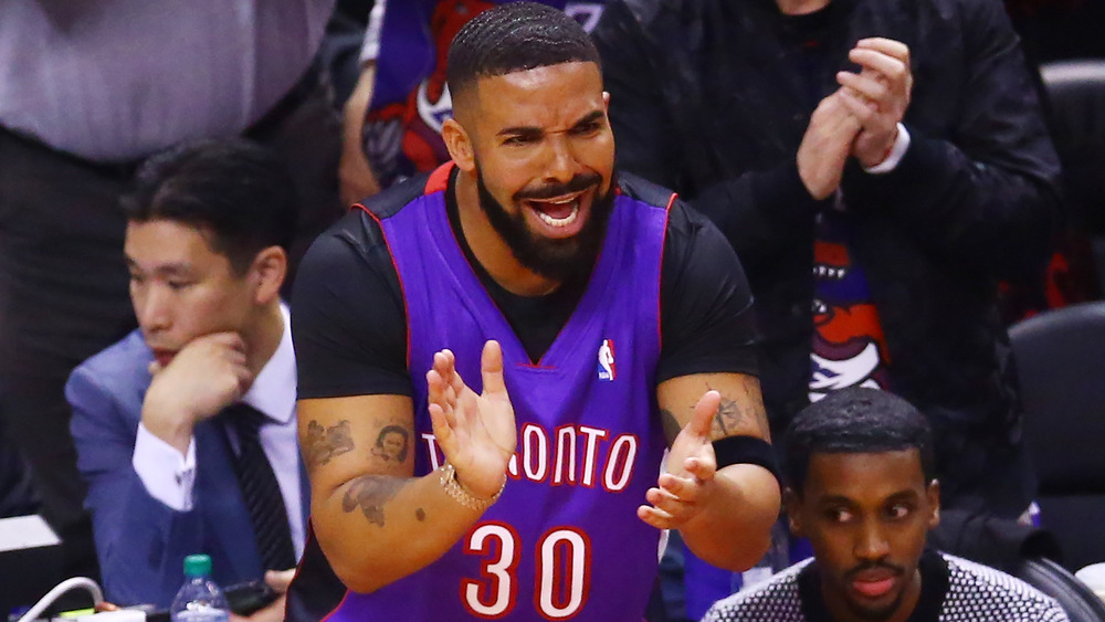 Drake applaudit au match des Raptors de Toronto