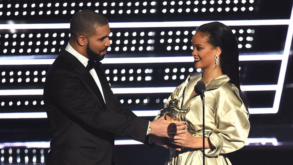 Drake remettant le prix à Rihanna