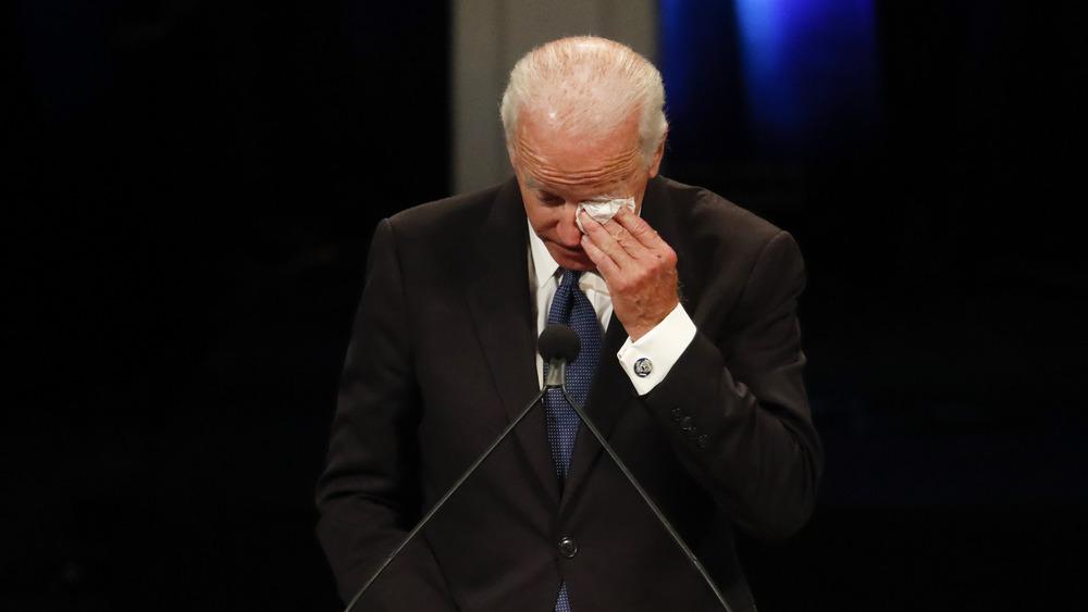 Joe Biden pleure à un mémorial