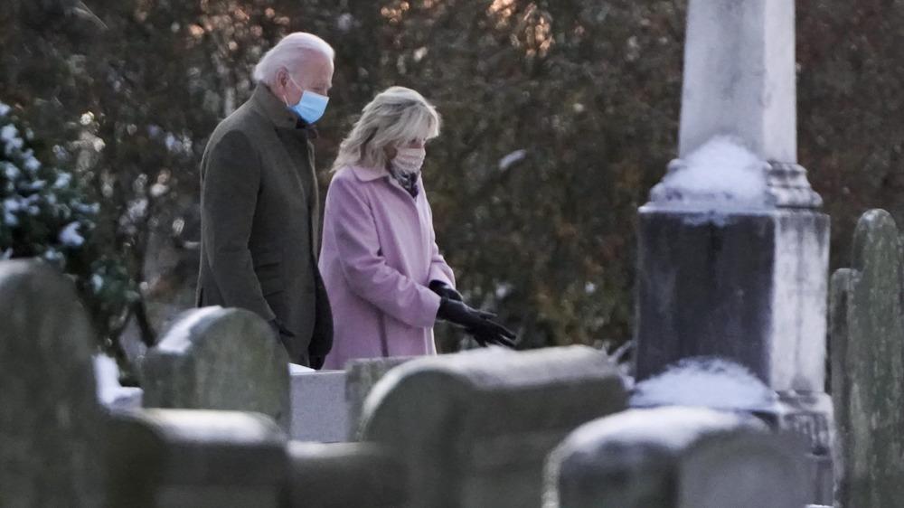 Joe et Jill Biden visitant les tombes de Neila et Naomi