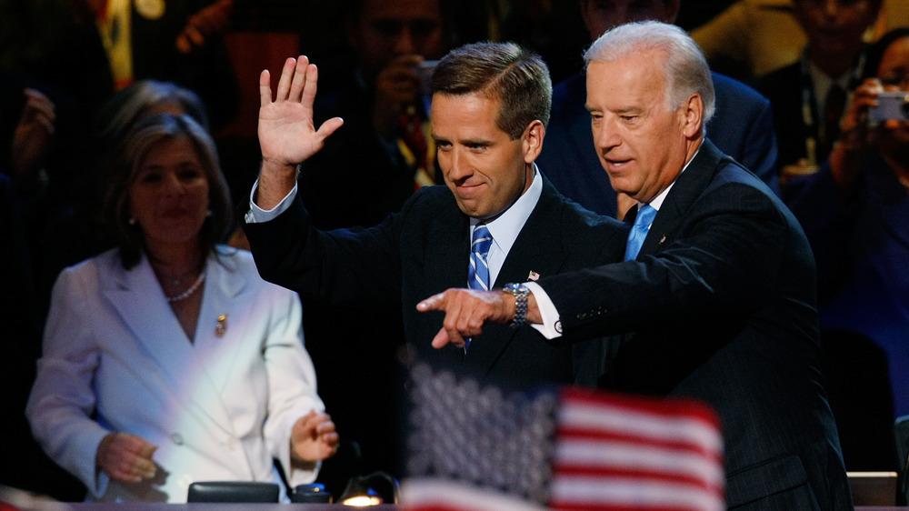 Joe Biden pointant et Beau Biden agitant