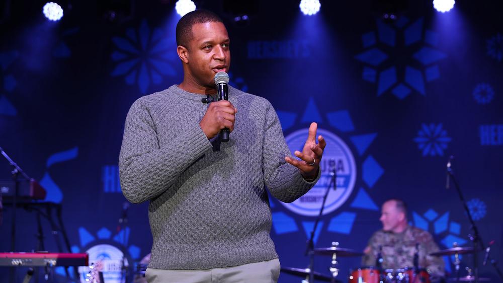 Craig Melvin prononçant un discours sur scène