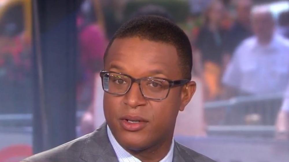Craig Melvin avec des lunettes en regardant la caméra