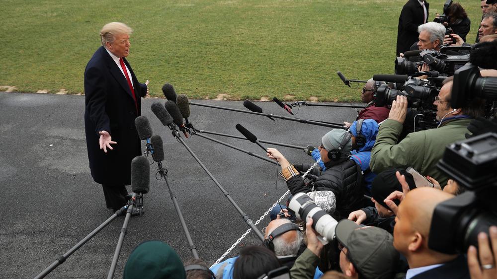 Donald Trump parle aux journalistes