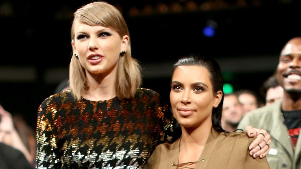 Taylor Swift met son bras autour de Kim Kardashian lors d'une remise de prix