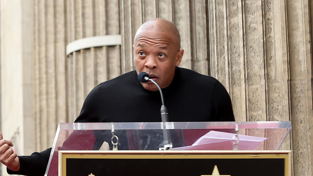 Dr Dre prononçant un discours