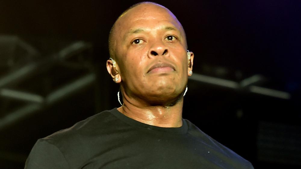 Dr Dre regardant