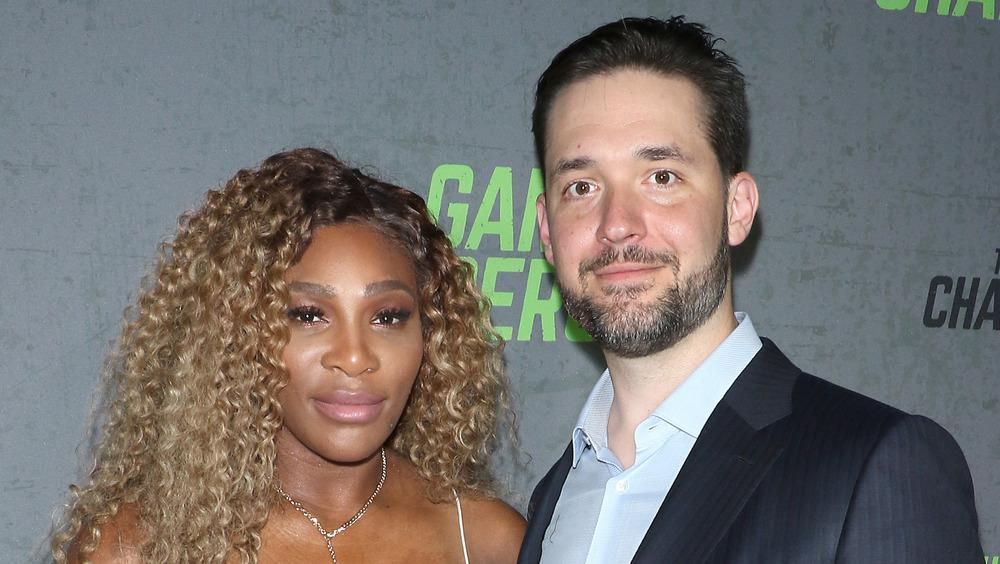 Serena Williams et Alexis Ohanian Sr. souriant légèrement