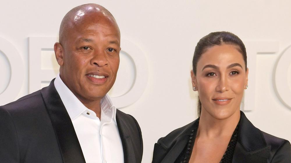 Dr Dre et Nicole Young posant sur le tapis rouge