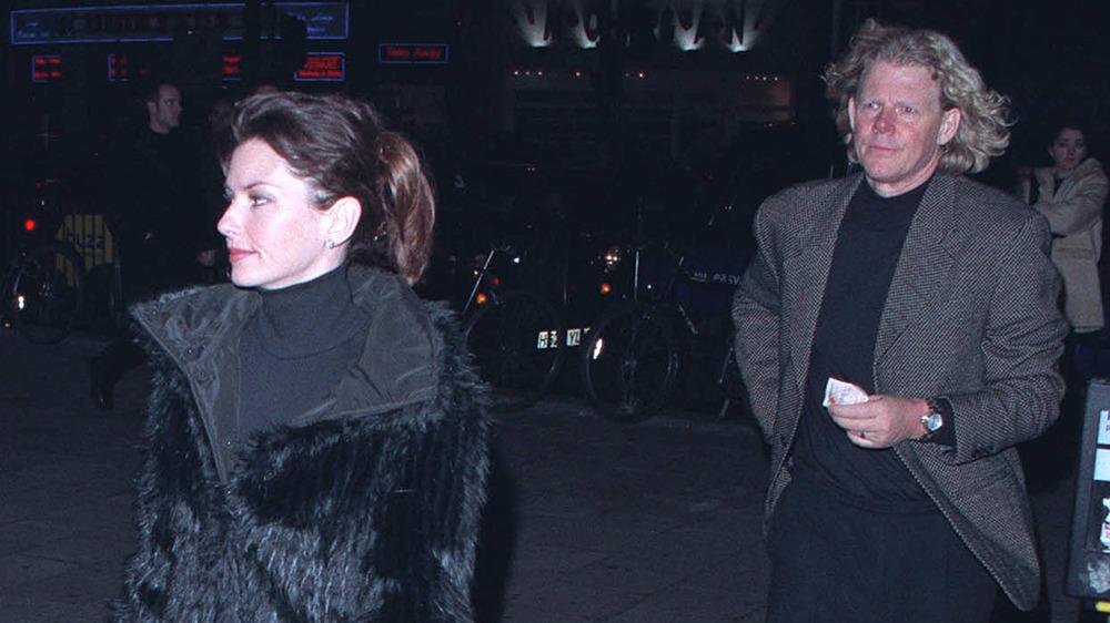Shania Twain marchant devant Mutt Lange