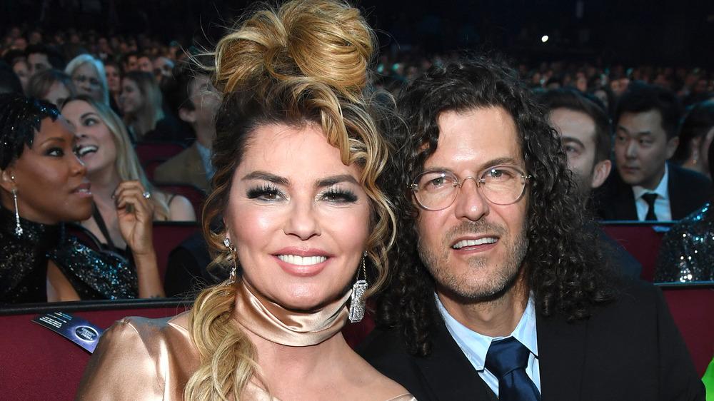 Shania Twain assise à côté de Frédéric Thiebaud