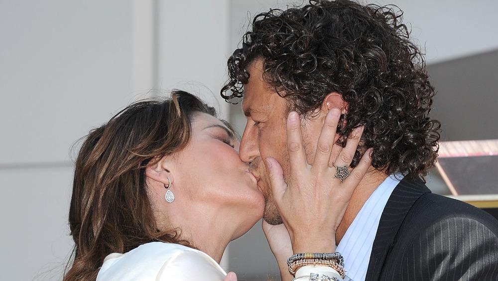 Shania Twain embrasse Frédéric Thiebaud