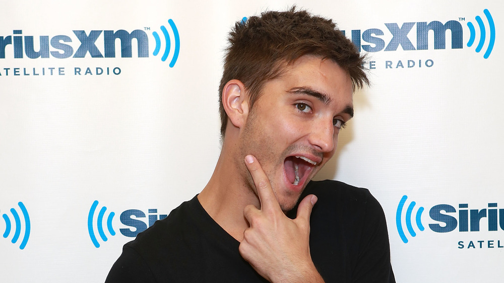 Tom Parker souriant grand