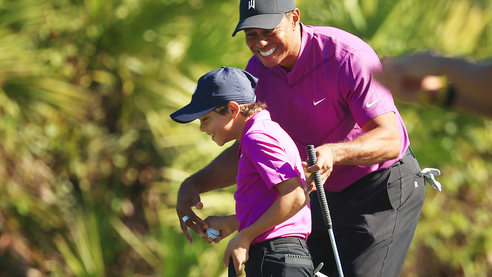 Charlie Woods et Tiger Woods souriant