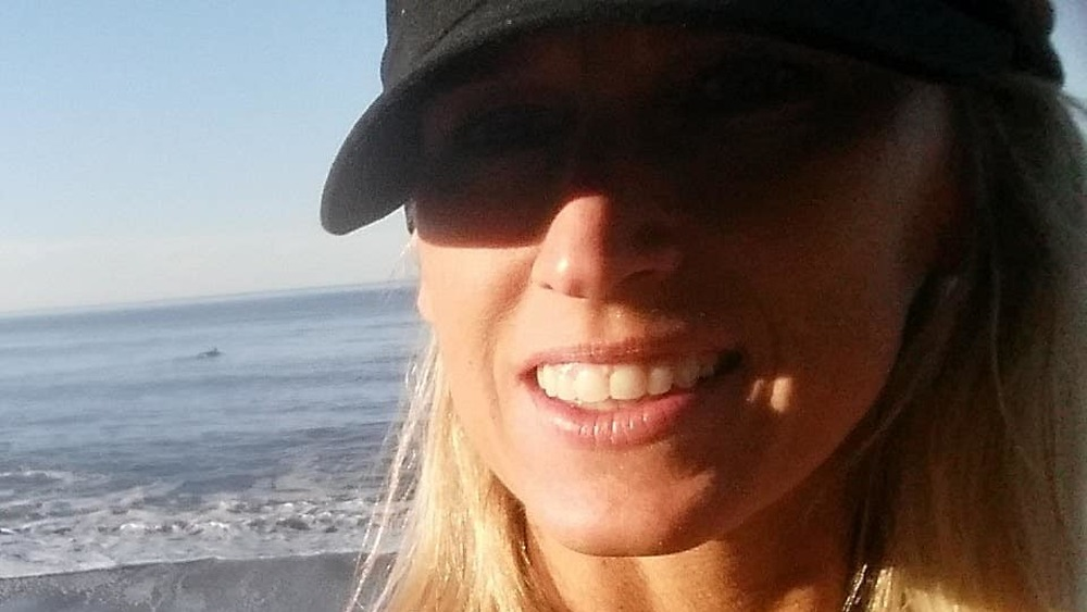 Amber Frey, océan, casquette de baseball