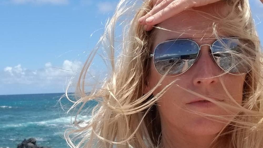 Amber Frey portant des lunettes de soleil, plage