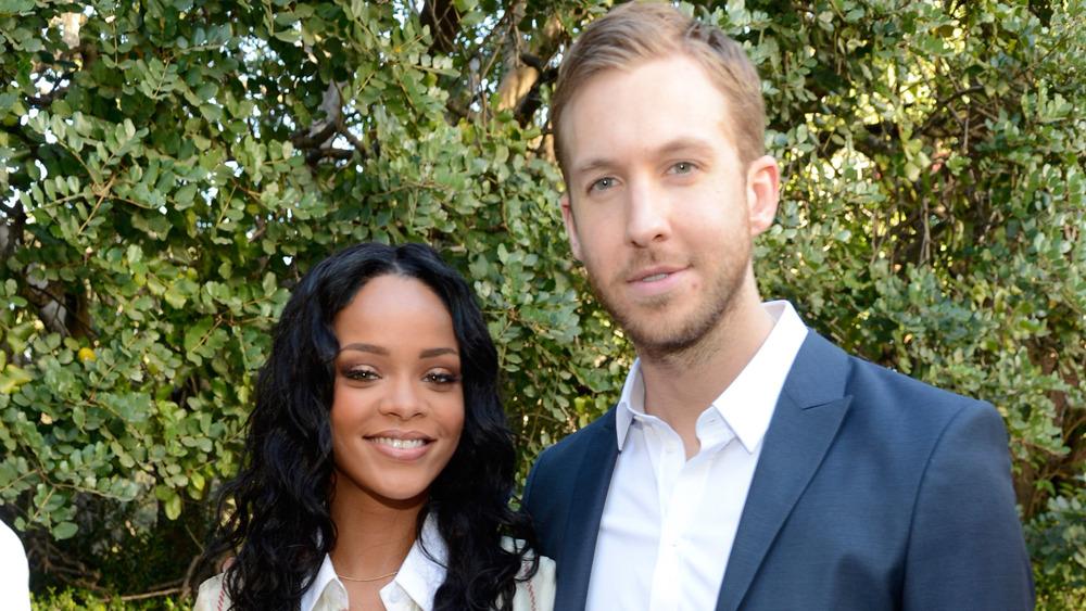 Rihanna pose avec Calvin Harris lors d'une fête