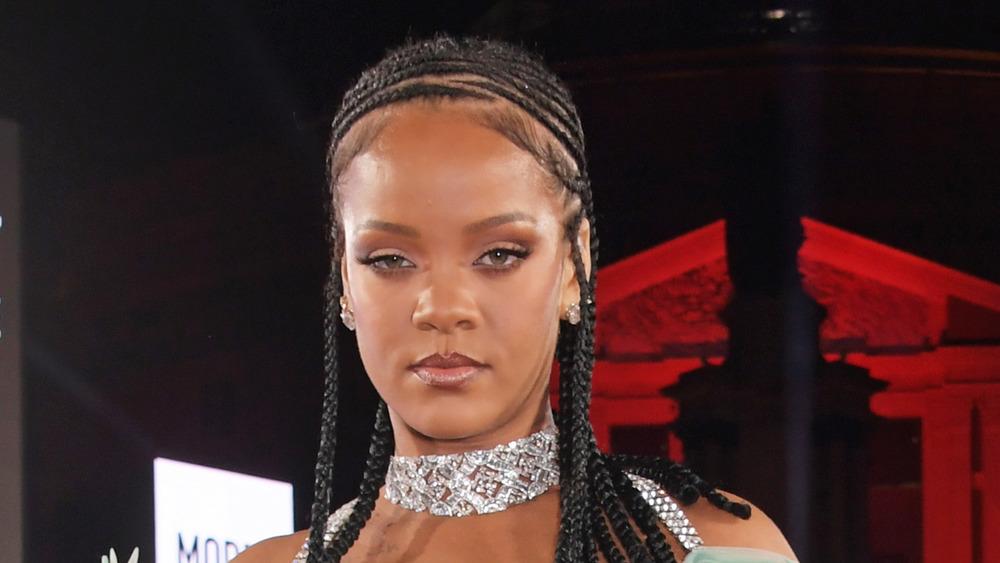 Rihanna pose sur le tapis rouge