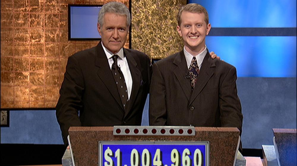 Alex Trebek et Ken Jennings sourient à Jeopardy!