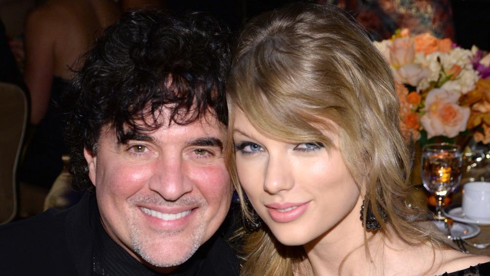 Scott Borchetta et Taylor Swift posant ensemble pour les caméras