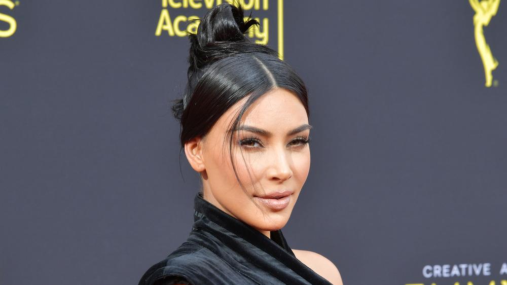 Kim Kardashian avec les cheveux en chignon