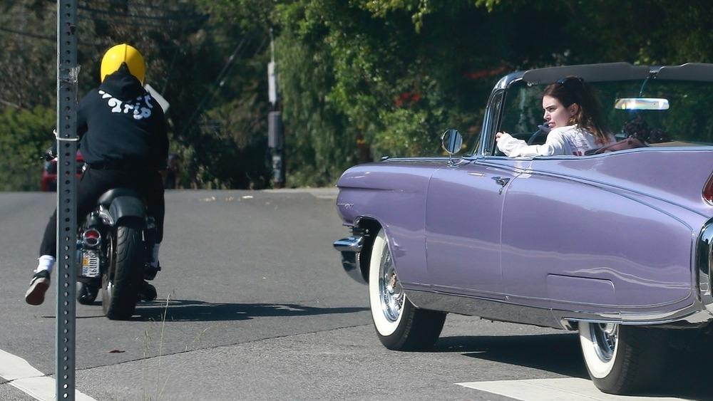 Kendall Jenner et un homme qui semble être Harry Styles conduisant à Los Angeles