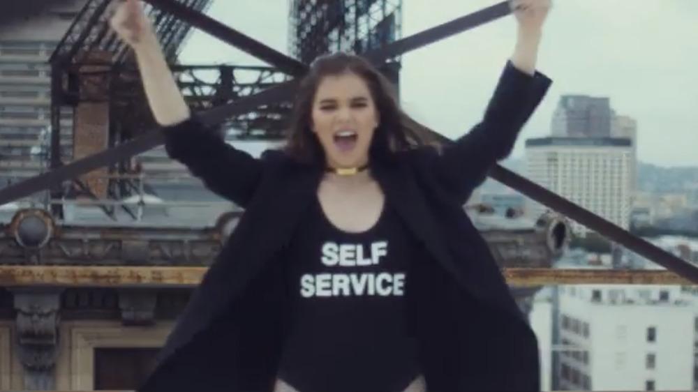 """Hailee Steinfeld portant une chemise qui lit """"Self Service"""" dans son clip vidéo"""