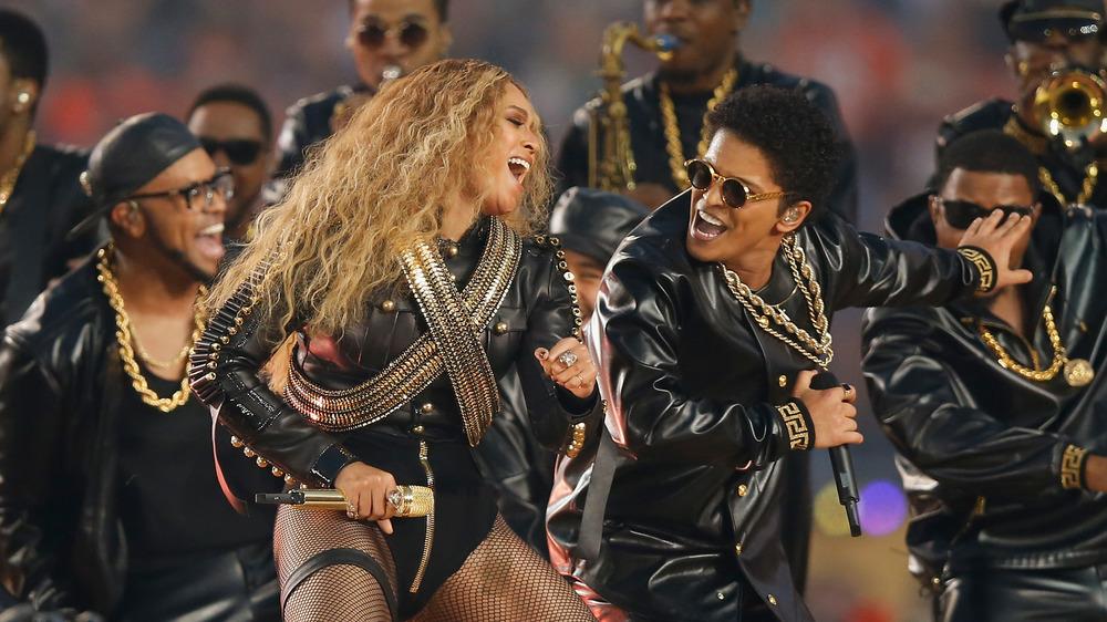 Beyonce joue avec Bruno Mars au Super Bowl