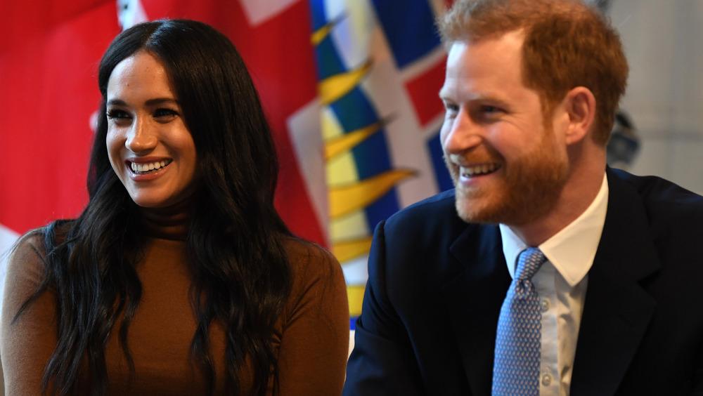 Meghan Markle et le prince Harry assis à la Maison du Canada au Royaume-Uni