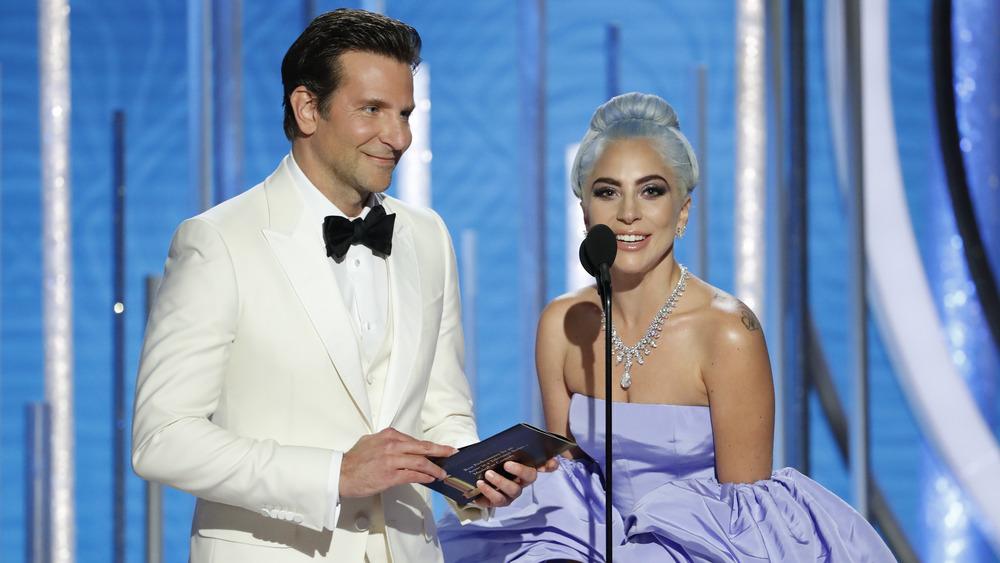 Bradley Cooper et Lady Gaga parlent ensemble dans un microphone