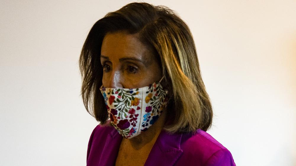 Nancy Pelosi portant un masque