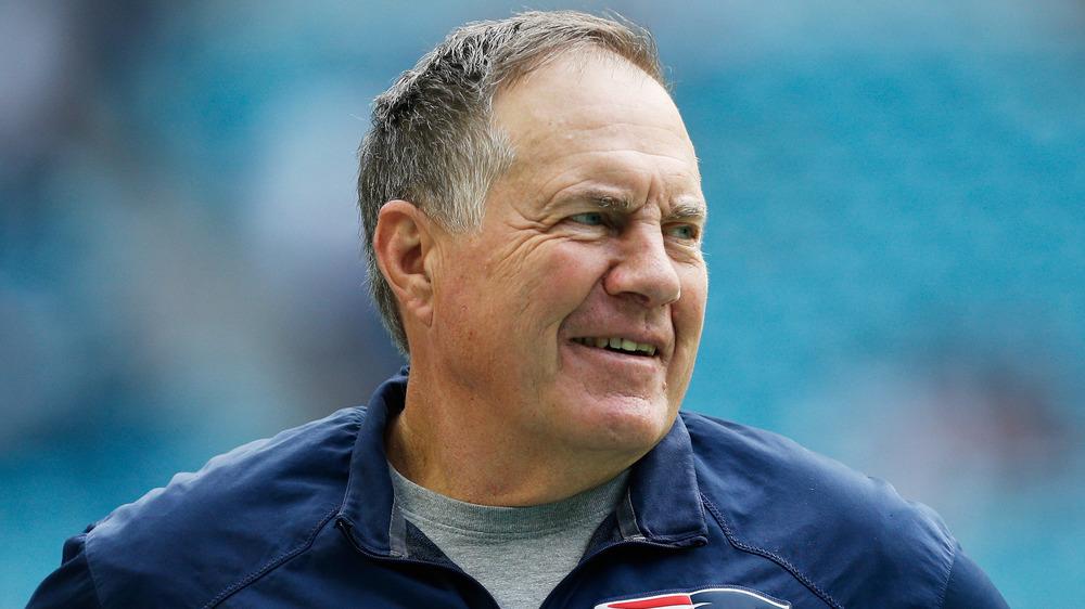 Bill Belichick souriant sur la touche
