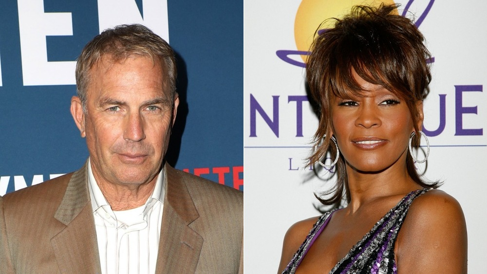 Kevin Costner et Whitney Houston posant sur le tapis rouge