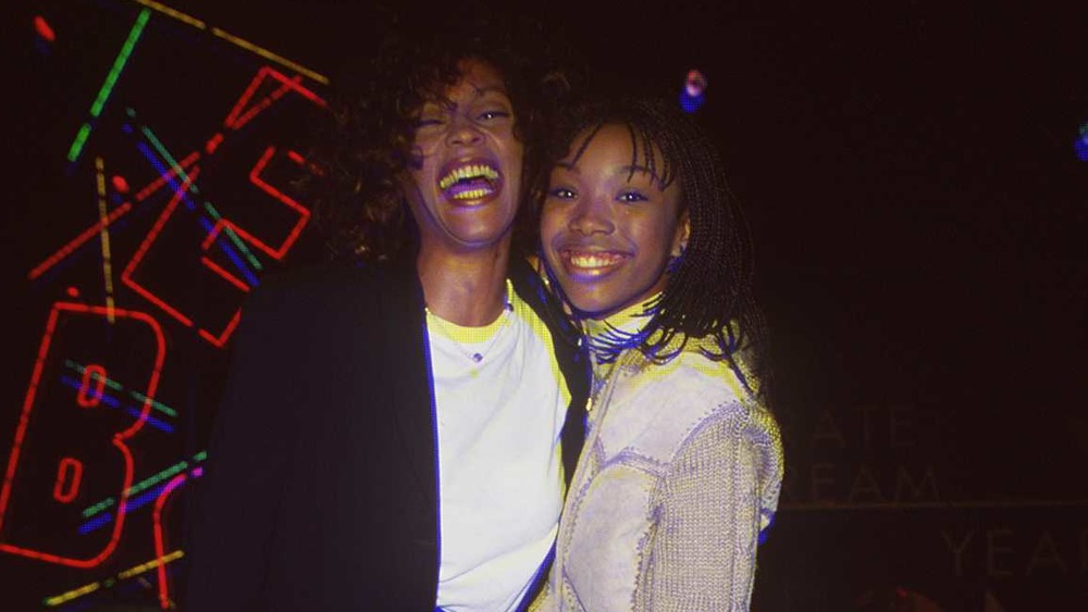 Whitney Houston et Brandy sourient ensemble